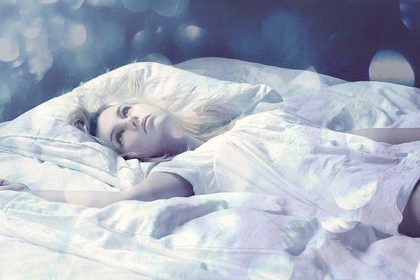 Ответьте, что значит когда снится, что я просыпаюсь в цветочной беседке, и около меня 6 девушек и они поют про прошедшее.